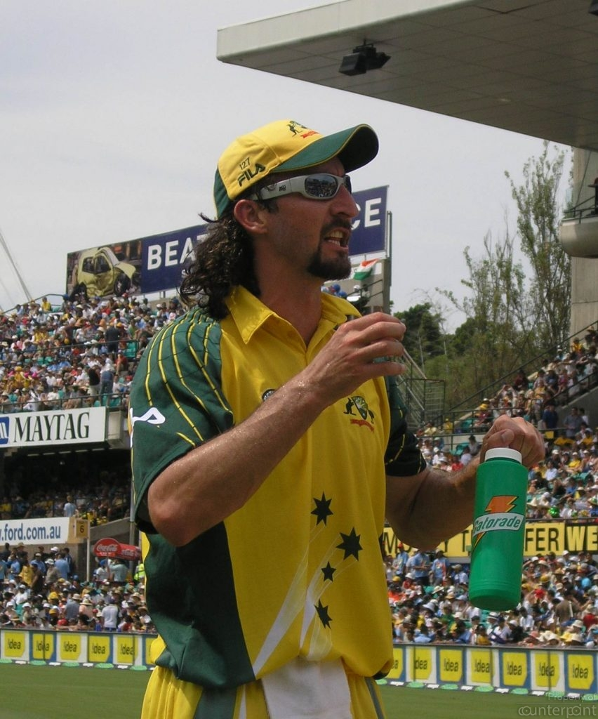 Jason Gillespie, ended up with a broken leg, when he collided with Steve Waugh. (courtesy, By The original uploader was Allansteel at English Wikipedia. - Transferred from en.wikipedia to Commons., CC BY-SA 2.5, https://commons.wikimedia.org/w/index.php?curid=2601363)
