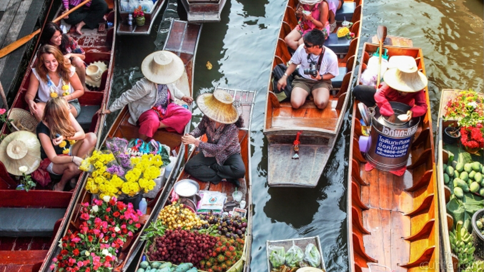 Thailand's floating markets attract many tourists.